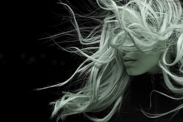 dlouhé vlasy ve větru