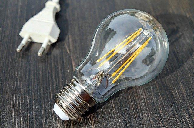 Filamentové LED žárovky 10 W připomínají staré vláknové edisonovky