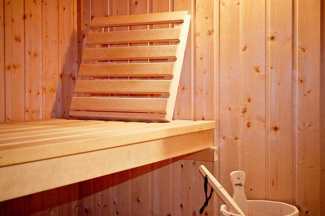 dřevěná lavička v sauně